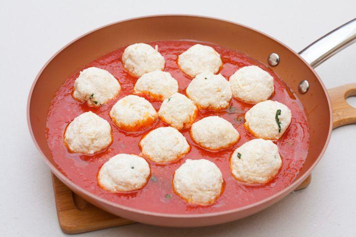 Preparación - Bolitas de requesón en salsa de tomate y albahaca