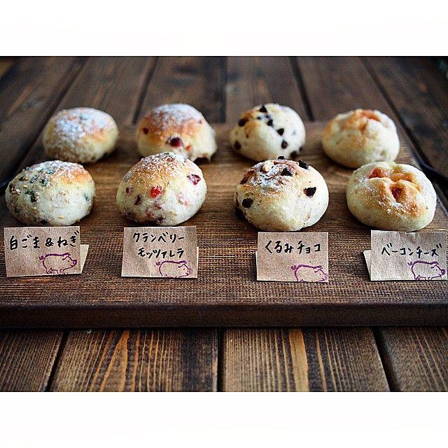 Instagramユーザーの「naho」さんのベーカリーのような朝食スタイルがとってもかわいい!朝焼きの手作りパンで名札をつけておしゃれに仕上げています。皆さんもぜひ「naho」さんのアイデアを参考にして素敵なパンを作ってみてください。