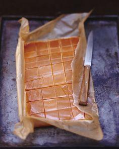 Recette Caramels au beurre salé : Faites chauffer la crème avec le miel. Faites un caramel à sec avec le sucre, c'est-à-dire versez 3 c. à soupe de sucre...