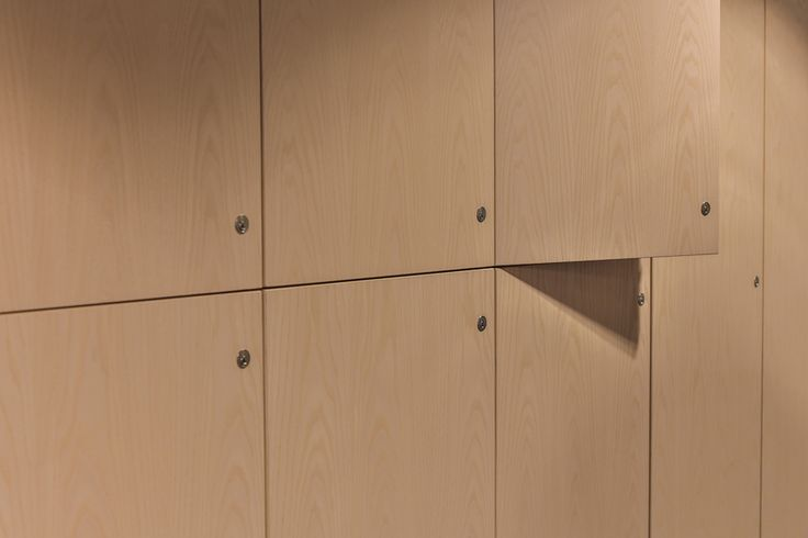 Woodify leverte kryssfinèr av hvitpigmentert ask, og prefabrikerte spilemoduler av hvitpigmentert ask til det nye aktivitetsbygget til Oslo Fengsel. Det ble også skreddersydd innredning og garderobe enheter i samme utførelse. Fotograf: Eskild E. Fors