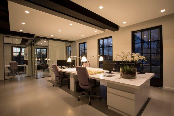 Strak wit gespoten bureau Maatwerk voor uw luxe kantoorinrichting