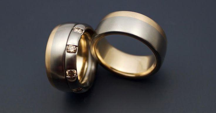 Tvåtonsringar med fairtrade diamanter. Tycker om fetheten hos de här ringarna och färgerna som vanligt. Tydliga, med mjuka kurvor. Mörkt...