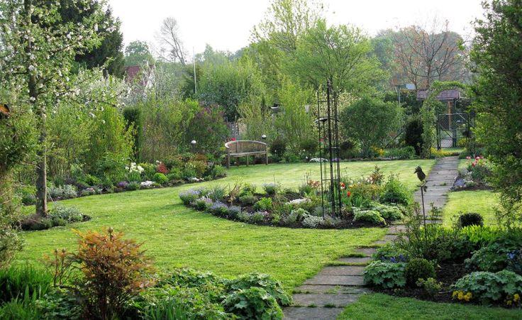 Mit diesem kurzen Pflegeprogramm zum Frühlingsbeginn startet Ihr Rasen gut in die neue Saison.