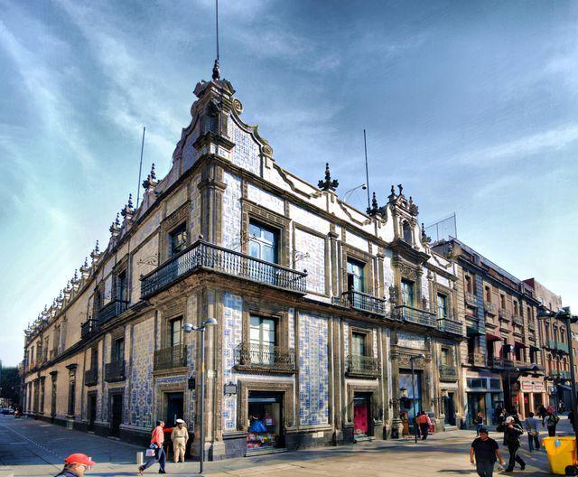 Descubre qué hay tras las puertas de este famoso palacete del Centro Histórico; uno de los lugares más antiguos, elegantes y anecdóticos de la capital.