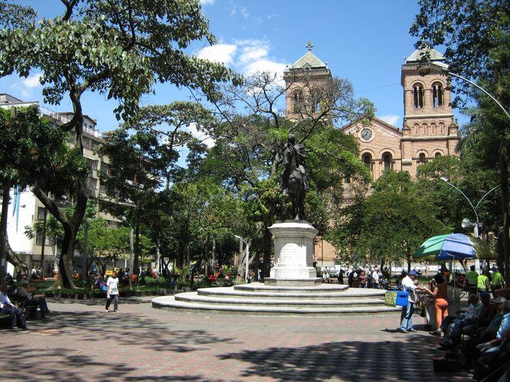 Parque de Bolívar e Iglesia Metropolitana - Medellín, Colombia.