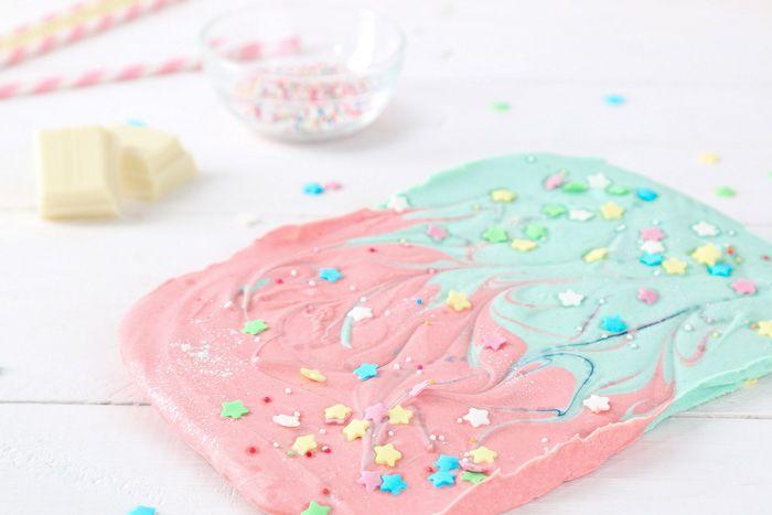 Schokolade wie aus einer anderen Welt. Aus einer Welt voll Glitzer, süßen Düften und zauberhaften Einhörnern! Kreiert eure eigene Regenbogen Schokolade.