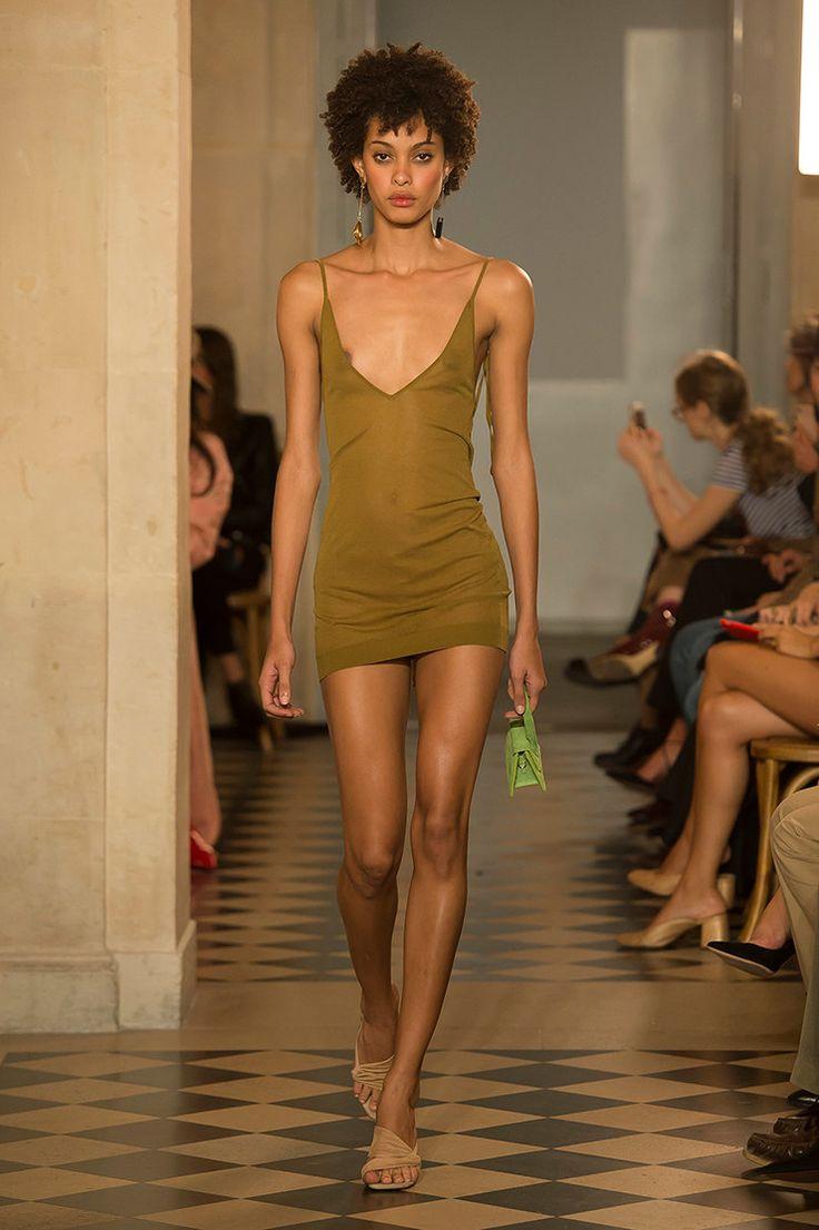В стиле Брижит Бардо: платья-рубашки, парео в горох и черные ленты на волосы от Jacquemus | Журнал Harper's Bazaar