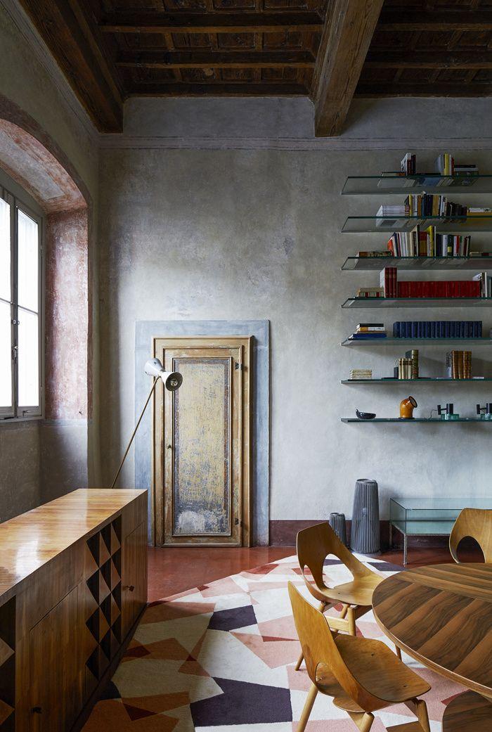 La maison de RobertoBaciocchi en Toscane Dans La salle à manger, des étagères en verre rétroéclairées, une table et un buffet en cerisier dessinés par Roberto Baciocchi en 197 des chaises Jason de Carl Jacobs (circa 1950) et un tapis français des années 1980 apportent un esprit chaleureux à la pièce.