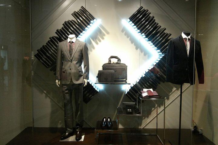 Минималистский дизайн магазина мужской одежды Hugo Boss в Джакарте