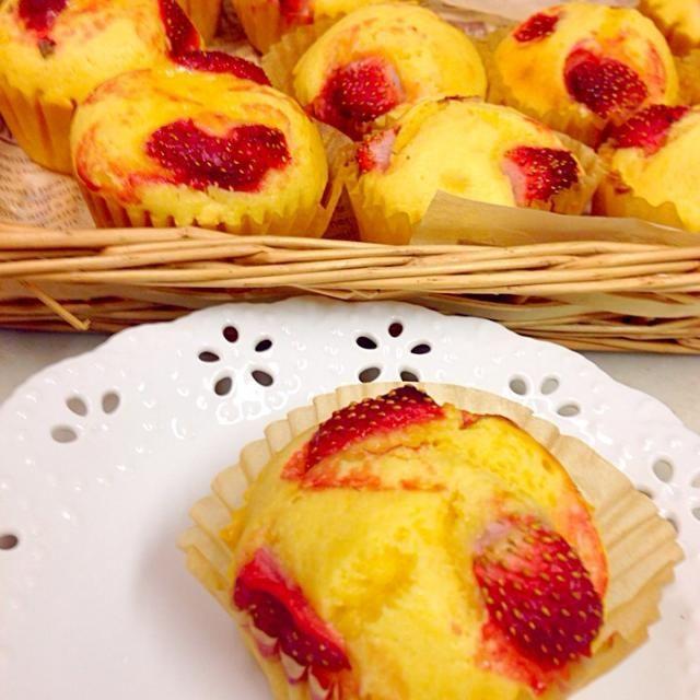 うどんさんとこで見たら、私も作りたくなりました(^^)  ゆりえさん。めちゃめちゃ美味しいです(^^)  レシピありがとうございます。 - 130件のもぐもぐ - ゆりえさんの料理 強力粉deふわふわストロベリークリームチーズマフィン by tomo73