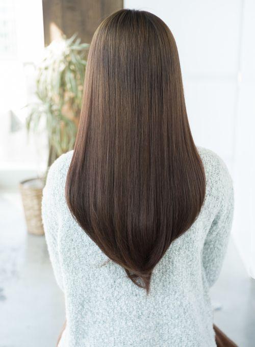 このスタイルに年齢は問いません!みんなに愛されるストレートロングです。顔まわりにだけ段が入っているので、重いのが好き、でも動きも欲しいという方におすすめ!カラーは柔らかな質感と艶が特徴のメロウアッシュ。白髪がある方でも白髪染めを使わず、白髪を染められます!似合わせ小顔カット 7560円 艶カラー 9180円 美髪トリートメント 6480円 デジタルパーマ(カット込) 21600円