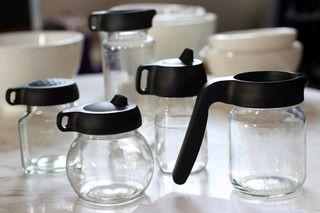Couvercles pour réutiliser des bocaux ou pots de confitures vides . Love these jar-toppers for reusing glass jars!