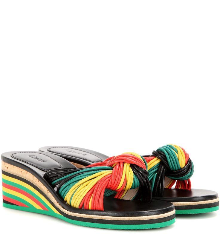 """Chloé - Wedge-Sandalen Jody aus Leder - """"Sunshine, sunshine Reggae..."""": Die """"Jody"""" Sandalen aus der 90ies-inspirierten Laufstegkollektion von Chloé verströmen dank der Liaison aus der typischen Korksohle sowie den Lederbändern in den Farben der Rastafari-Bewegung luxuriöses Laid-back-Feeling. Machen Sie den Laufsteglook mit einem goldenen Fußkettchen perfekt. seen @ www.mytheresa.com"""