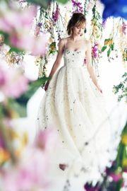 トップスのVカットが上品な大人の女性を演出。やわらかなレースの上にスパンコールをちりばめて豪華な姿に。大人花嫁にぴったりの細身ながら華やかさを持つウエディングドレス。http://dress.novarese.jp/weddingdress/hope.html
