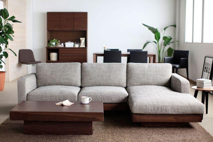 若手デザイナーが手掛ける様々なコンセプトを持った家具。ナラ材を使ったシンプルナチュラルな「easylife」シリーズ。オイルレザーを使ったソファ、古材の素材感を生かした人気の「Knot antiques」シリーズなど。