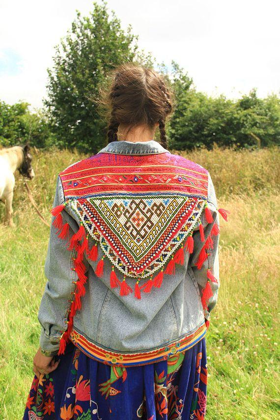 Einzigartige Jeansjacke, verziert mit Textil ist von Paschtunen von Afghanistan und Karnataka die ursprünglichen Gypsy Menschen in Indien. Die Jeansjacke ist eine übergroße Modell Es hat gebleicht, gewaschen und mit dieser einzigartigen Verzierungen geschmückt und sie mit