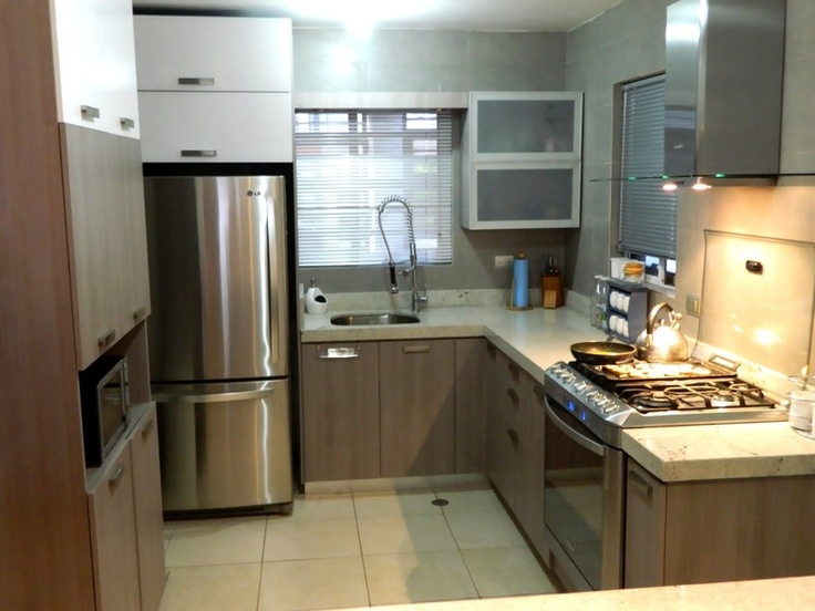 Cocina color cenizo con cubierta de granito blanco itaunas - Colores para cocina ...