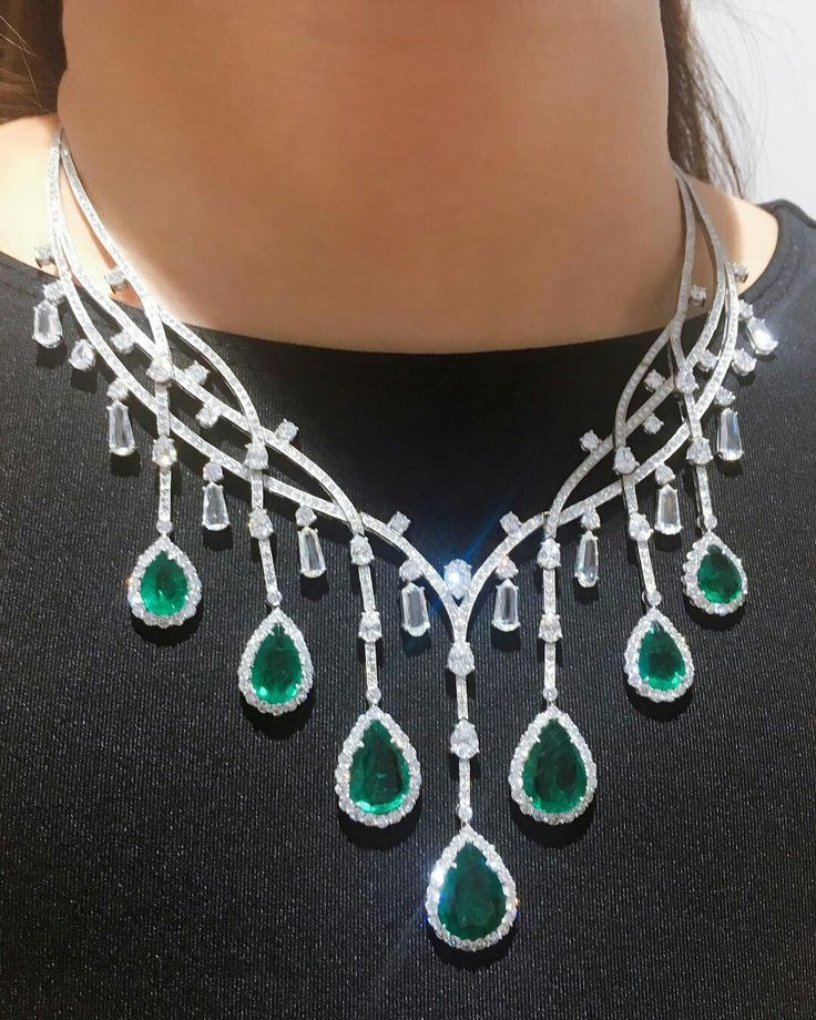 Fancy a fringe? This necklace features over 27 carats of emeralds and over 37 carats of diamonds. #BonhamsHK