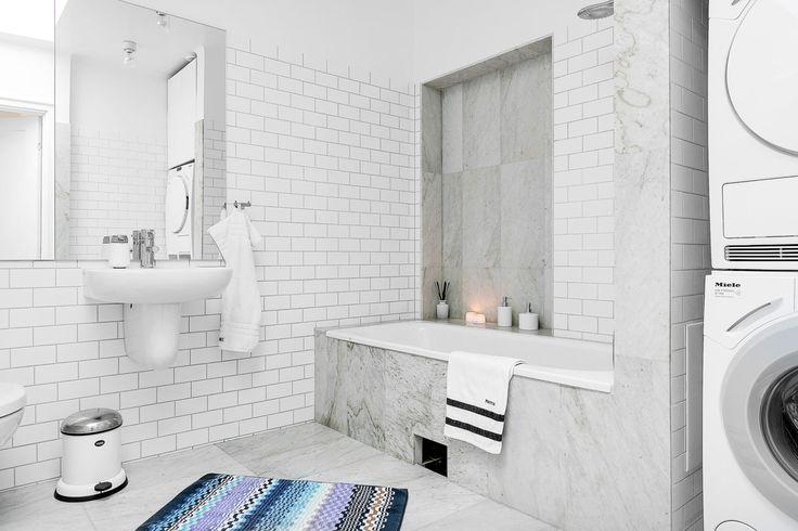 Erik Olsson Fastighetsförmedling - Badrum-vitt-inbyggt-badkar-marmor-spegel-tvattmaskin - My home