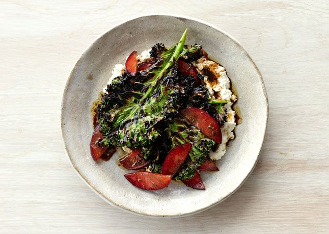 Grilled Kale Salad with Ricotta and Fresh Fruit| http://freshfruitrecipe911.blogspot.com