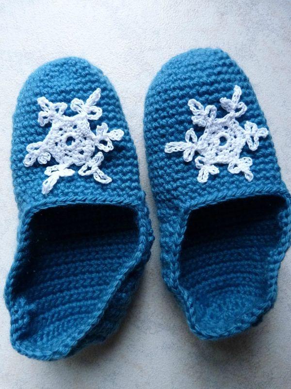 """Chaussons au crochet """"Reine des neiges""""  Bleu - flocon"""