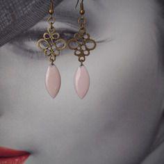 Boucles d oreilles connecteur bronze et navette émail very light rose