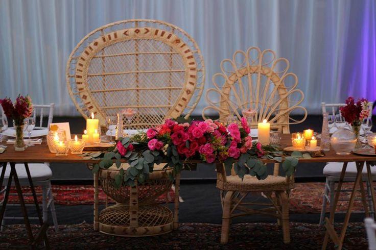 Mesa de novios ! #wedding #deco #mesasrústicas #vintage #cristales #velas #mimbre #chair #pavoreal #julioiglesias #elamor