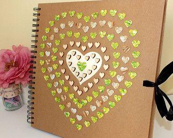 Wunderschön von Hand dekoriert Scrapbookalbum - macht eine perfekte Baby-Album / Scrapbooking, Fotoalbum oder Hochzeitsgeschenk. Das Cover ist so bunt, Anzeige 28 schönen hellen Ballons, echte Baumwollfaden und eine wunderschöne Holzbogen.  Dieses schöne Buch hat eine hochwertige Hartfaserplatten vorne und hinten, mit 40 Blatt des Schwergewichts-200gsm Kraft Card, mit der 80 Seiten! Perfekt für Ihre Scrapbooking, oder fügen Sie einfach einige Fotoecken, als ein fabelhaftes Fotoalbum verw...