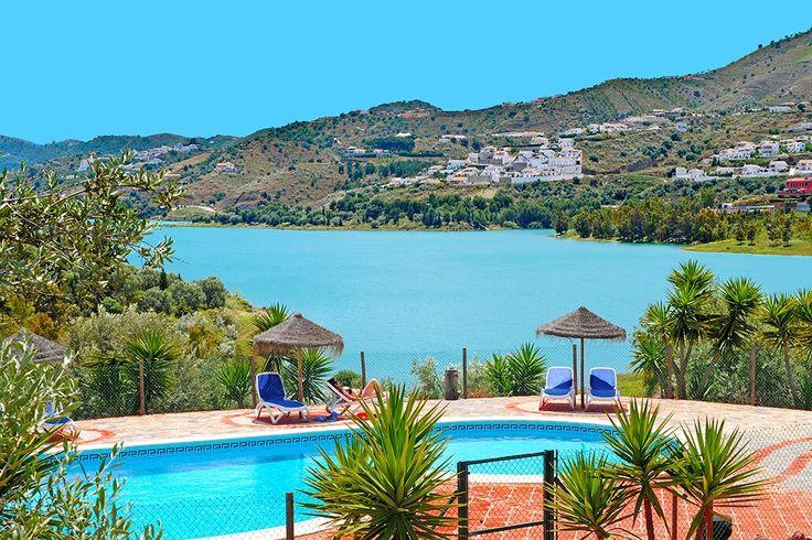Description: Klein landgoed met acht geschakelde huisjes in de traditionele stijl van Andalusië met zwembad en uitzicht op het meer van Vinuela. Traditionele vakantiehuisjes en uitzicht over het meer La Vinuela Casitas Huetor in La Viñuela heeft écht alles mee. Het is een klein landgoed dat bestaat uit acht geschakelde huisjes in de traditionele stijl van Andalusië. De huisjes hebben allemaal een schitterend uitzicht over het meer van La Viñuela waar je vanaf je eigen terras van kunt…