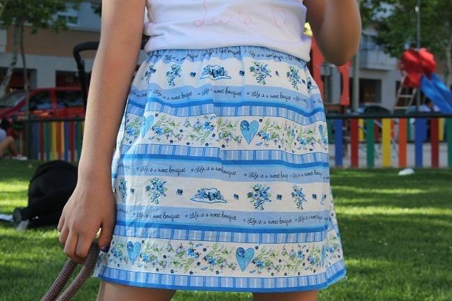 Delicada falda infantil de vuelo fruncida en la cintura, realizada con tejido 100% algodón, con delicados motivos en tonos azules. Perfecta para el...