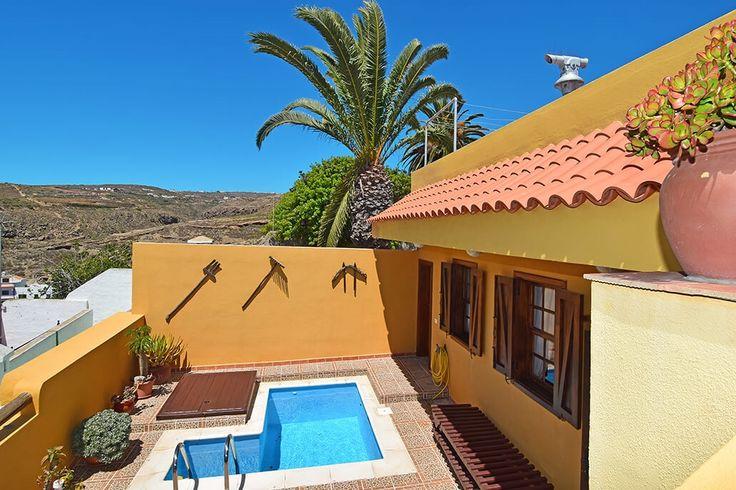 Description: Snuif de sfeer van het authentieke Tenerife op in een rustiek Canarisch huis met privé zwembadje  Canarisch huis met 1 slaapkamer en zwembad verscholen in het dorp In het heuvelachtige binnenland van Zuid?Tenerife ligt Arico Nuevo verscholen een schitterend historisch dorp waar elk steegje uitgelijnd wordt door witte charmante huisjes . De authentieke casas liggen netjes gedrappeerd rondom het dorpsplein waar de kerk er torenhoog bovenuit steekt. Daar kun je ook je huurauto…