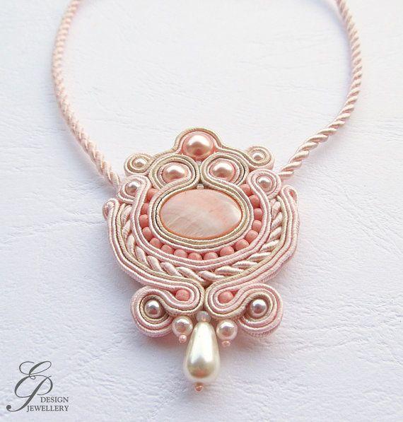 Collana sono realizzati con la tecnica del ricamo di braid soutache. La collana soutache rosa e beige di alta qualità sono in treccia, polvere di perline di cristallo rosa e beige e perline toho. Impregnati per evitare contaminazioni. Il retro è fatto di feltro. Lunghezza collana: 43cm (16,9 ) Medaglia dimensione: 6,5 x 4,5 cm (2,4 x 1,8) Peso: 10 grammi