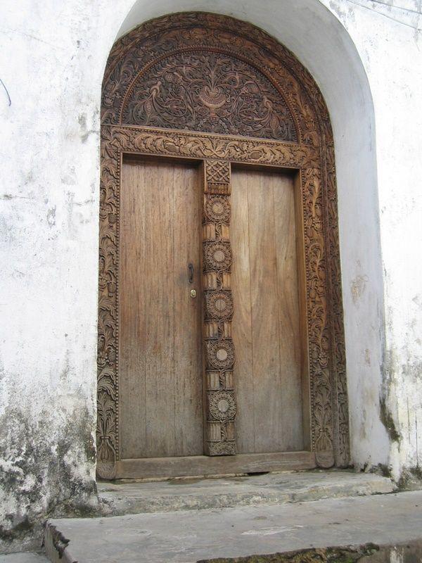 Quando una porta della felicità si chiude, se ne apre un'altra, ma tante volte guardiamo così a lungo quella chiusa, che non vediamo quella che è stata aperta per noi. Paulo Coelho