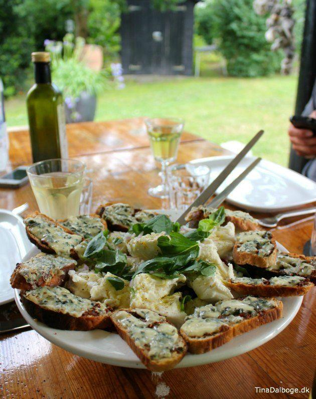 Tomatsalat med mozzarella og brød med rød pesto og blå ost til forret