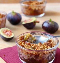 Un crumble aux figues bien parfumé avec une pâte à crumble au son d'avoine, cassonade et graines de sésame. Une nouvelle recette gourmande allegée de Rabia.