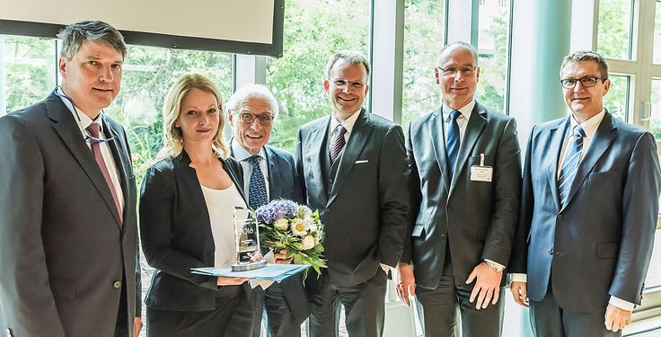 Preis für die Studentin Anna Christina Hörster - Herzlichen Glückwunsch, Anna Christina Hörster! Die Studentin der APOLLON Hochschule der Gesundheitswirtschaft Bremen wurde auf der Verwaltungsratsitzung der TK mit dem Unikosmos Award 2016 ausgezeichnet.