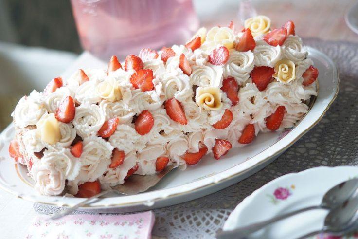 Omar -kinuskilla ja mansikoilla täytetty kääretorttu näyttää upealta ja maistuu taivaalliselta