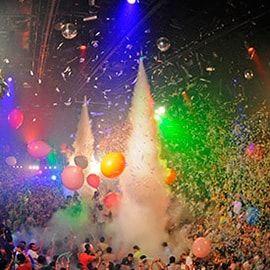 ¡Situado en pleno centro de la animada zona hotelera, numerosas sorpresas le están esperando: acróbatas en medio del escenario, pantallas gigantes, conciertos en directo y un ambiente festivo le esperan para que pase una velada hasta que la noche acabe!
