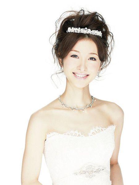 お姫さま気分を演出する人気No.1小物/Front|ヘアメイクカタログ|ザ・ウエディング