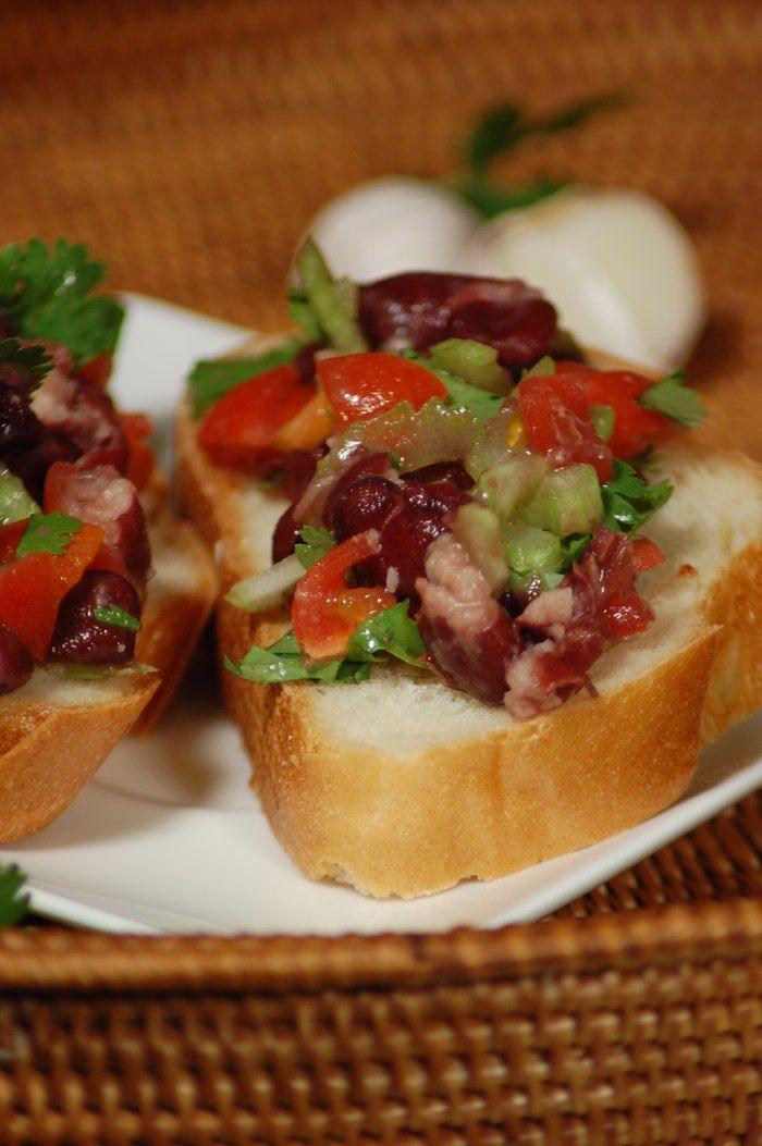 Сэндвичи с фасолевым дипом  Сэндвичи с фасолью и овощами — хороший вариант здорового и сытного завтрака. Попробуйте! #готовимдома #едимдома #кулинария #домашняяеда #завтрак #сэндвич #фасоль #дип #сельдерей #зелень #вкусно #полезно