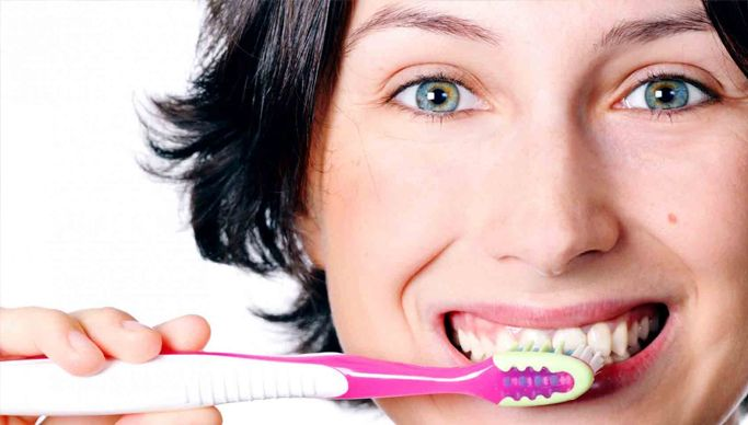 Contrairement aux croyances populaires, la mauvaise haleine, appelée aussi halitose, ne vient pas de l'estomac mais de la bouche dans 85% des cas. Contrôler la mauvaise haleine La mauvaise odeur de la bouche est due aux bactéries et aux débris de nourriture situés sur les dents, la langue, la gencive, les joues… Il convient de…
