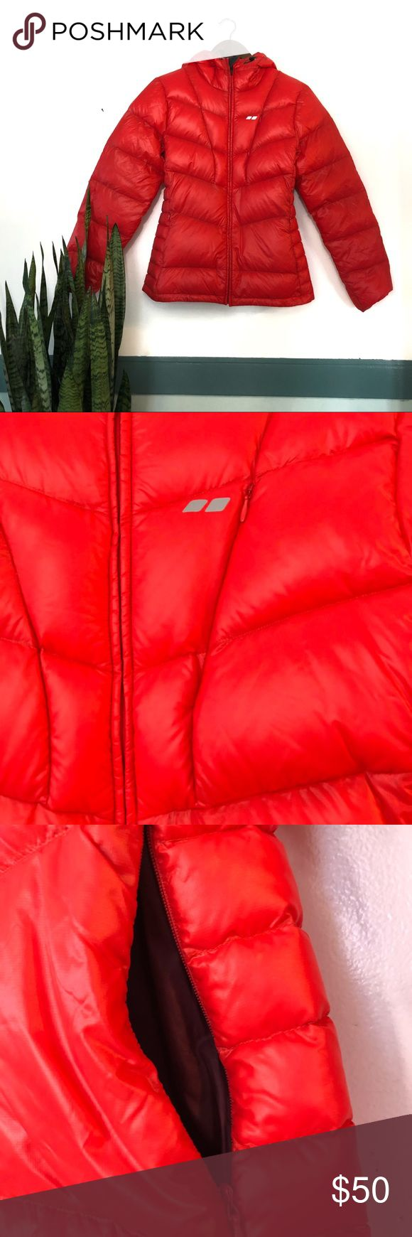 WOMEN'S KÄLKE DOWN JACKET RED The KÖPPEN Women's Kälke Down Jacket is insulated and performance driven. The 650 fill duck down provides superior warmth while quilted channels stabilize the fill to keep the heat consistent. Features like the full storm flap, stretch binding around wrists and adjustable elastic cuffs provide increased mobility and enhance your performance.   FEATURES Full hood Adjustable bungee cord and cord lock Insulation: 650-fill duck down  Fabric: 100% POLY MINI RIPSTOP…