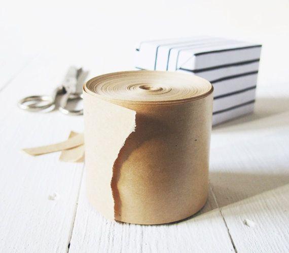 Ein vielseitiges Klebeband und dabei besonders schön anzusehen. Dieses Klebeband ist bestens geeignet um z.B. Geschenke stilvoll plastikfrei zu verpacken aber auch stabil genug um Pakete für den Versand zuverläßig zu verschließen.  + eine Rolle = 25 Meter Tape. + Breite: 6 cm + plastikfrei, zero waste und vegan: 100% Natronpapier, Klebeschicht aus Gummi Arabicum. + 100% recyclebar + allgemein gute Bilanz: stammt aus ausgemusterten Militärbeständen  Super-simple Anwendung: einfach passend...