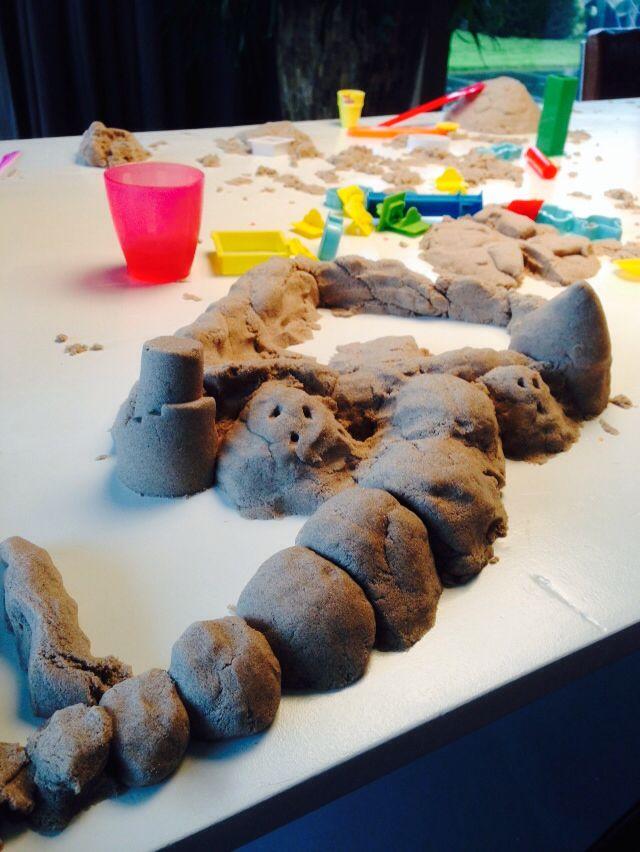 Binnenspelen met zand???? Geen probleem met kinetic sand!    Droogt niet uit, blijf goed plakken en is gemakkelijk op te ruimen.