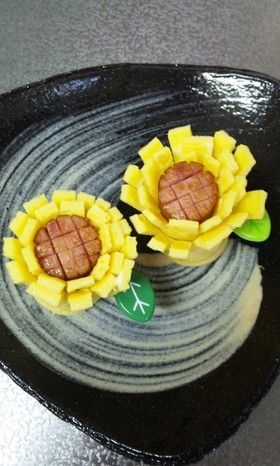 Believe it or not, these are Egg flowers with sausage centers!!!  MAKE BREAKFAST OR BRUNCH FUN!!!!  お弁当(キャラ弁)にウインナーと卵でお花