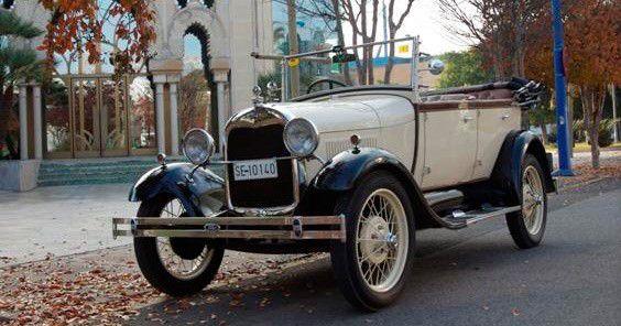 Alquiler de coche clasico Ford A para novias el día de su boda. Este coche antiguo es un Ford A descapotable en color beige y marron.sevilla clasicos http://bit.ly/2fw53oM