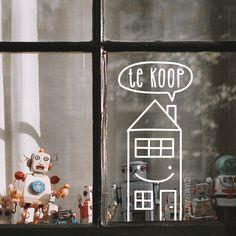 Laat je huis meer opvallen door een leuke huis te koop #raamtekening op de voorruit te tekenen.