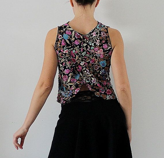 Top for tango, milonga dance party   Add color to your wardrobe dance! Top made of light and fresh viscose jersey with floral print on black background. Being natural has good breathability and moisture absorption (sweat) Slightly draped neckline.  two crossed panels with opening on the back The skirt of picture: https://www.etsy.com/it/listing/484379814/gonna-da-tango-nera-di-cady-e-pizzo?ref=shop_home_active_18  Size: suits S-M  The model in the picture ha...