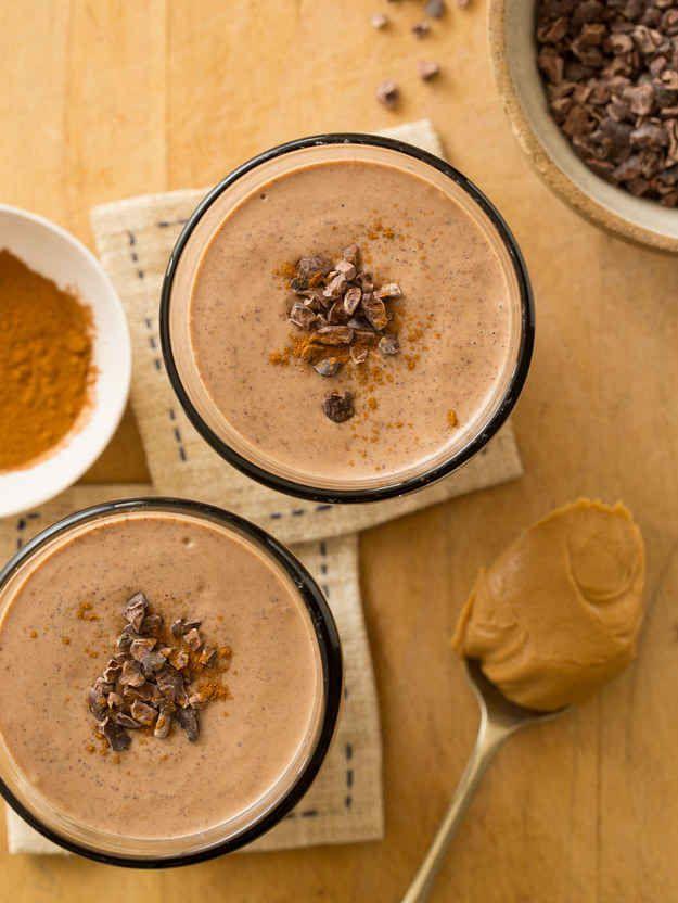 Si te gusta el dulce, este smoothie de chocolate con mantequilla de maní y canela será tu salvación.