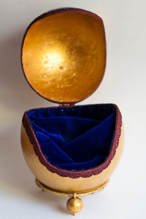 Decorative coffer made from a real ostrich egg, with lace and gold leaf and a great care for detail. The shell is strenghtened with special resine and